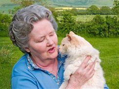 V Anglii felinoterapie patří k péči o staré lidi zcela samozřejmě. Na snímku 21letá kočka plemene ragdoll se svojí dlouholetou klientkou.
