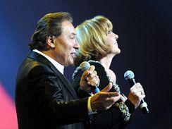 Karel Gott na koncertě k oslavě svých 70. narozenin (O2 Arena, 11. 6. 2009, s Hanou Zagorovou)