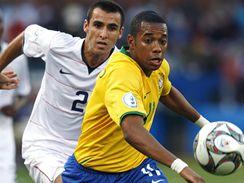 Brazílie - USA: brazilský fotbalista  Robinho (vpravo) v souboji s Jonathanem Bornnsteinem.
