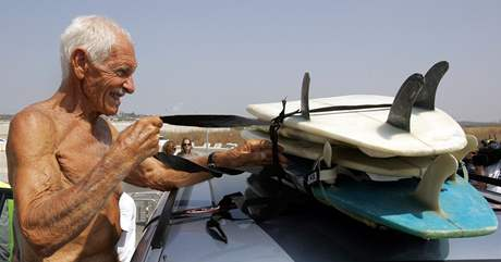 Don Paskowitz, 86letý surfař z Kalifornie, přivezl Palestincům z Gazy tucet prken