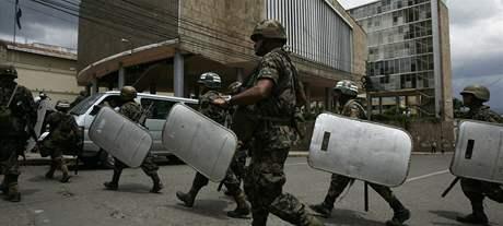 Puč v Hondurasu. Vojáci v ulicích metropole Tegucigalpy (28. června 2009)