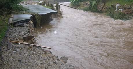 Zdevastovaná silnice mezi Bernarticemi a Bukovou. (27. 6. 2009)
