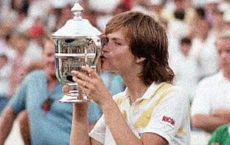 Hana Mandl�kov� s trofej� pro v�t�zku US Open 1985