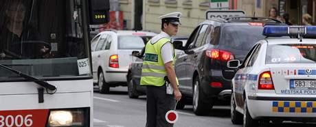Po��r pizzerie na ulici �voz v Brn� - policista ��d� dopravu