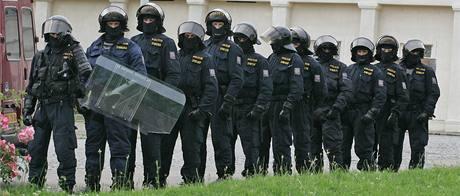Přibližně 150 extremistů se sešlo v brněnských Bohunicích u vazební věznice, aby protestovali proti policejní razii, při níž bylo zatčeno deset neonacistů.