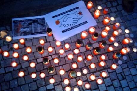 Aktivisté zapálili před sídlem ČSSD svíce za oběti komunismu (23. června 2009)