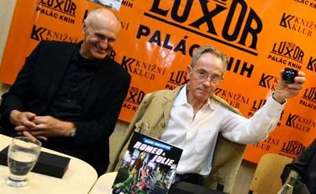Jan Tříska a Martin Hilský (vlevo) připíjejí saké komiksu Romeo a Julie z řady Manga Shakespeare