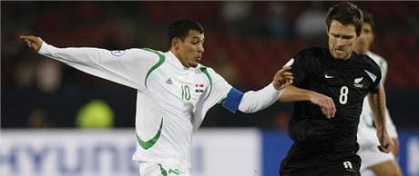 Irák - Nový Zéland: Tim Brown z Nového Zélendu (vpravo) bojuje s Younisem Mahmoudem