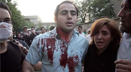 Milice zasáhly během demonstrance u mešity Ghoba na severu Teheránu. Ulicemi opět tekla krev (28. června 2009)