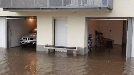 Zatopená garáž v Lidické ulici.