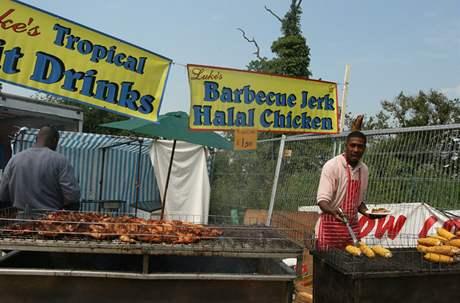 Glastonbury - Jamajský stánek na jedné z hlavních festivalových komunikací