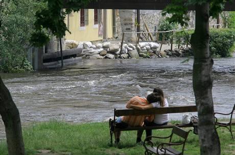 Vysoký stav vody na Vltavě v Českém Krumlově. Na některých místech jsou připraveny pytle s pískem. (29. června 2009)