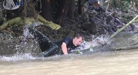 Odstraňování škod v Životicích u Nového JIčína, kde se rozlila říčka Jičínka. (29. června 2009)