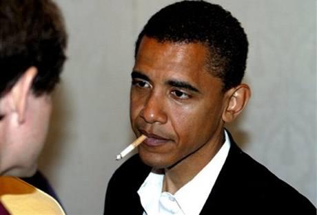 Fotografie Obamy s cigaretou, která koluje po internetu. Jde o fotomontáž