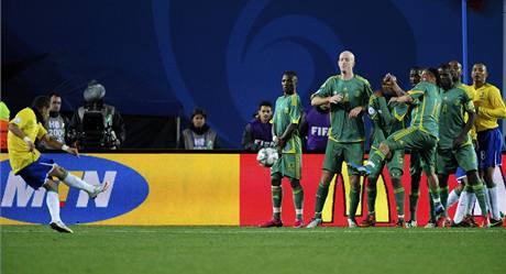 JAR - Brazílie, semifinále Pohár FIFA. Hostující Daniel Alvés dává gól.