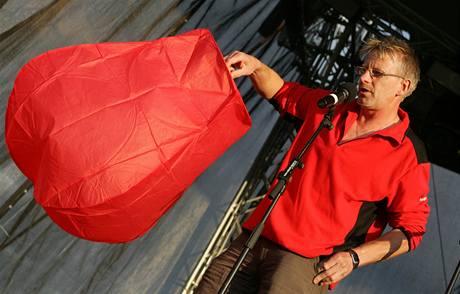 Na Festivalu politické písně 2009 proběhla i instruktáž k vypuštění balonu se přáním. Jejich hromadné vypuštění by se mělo uskutečnit při sokolovských ohňostrojích. (20. 6. 2009)