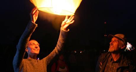 Pokus o rekord ve vypuštění 730 horkovzdušných balonů-lampionů v Sokolově (27. 6. 2009)