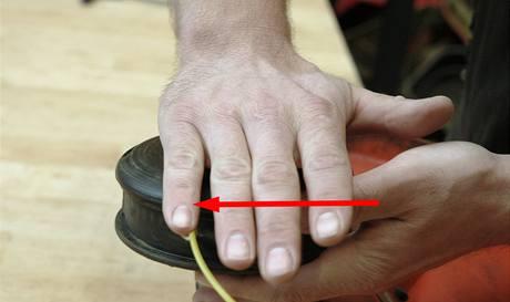 Přebytečnou strunu vrátíte na civku silným stisknutím a pootočením hlavy adaptéru