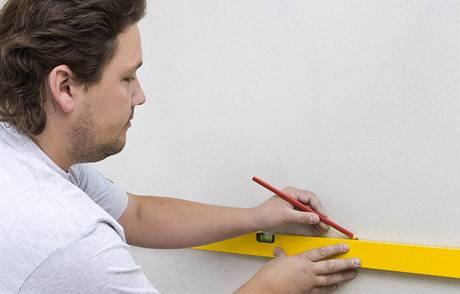 Nejprve si vyměřte, odkud a jak budete obklady lepit, ideální je mít připravený kladečský plán, stěnu penetrujte a opatřete izolačním nátěrem