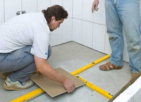 Po obložení stěn si stejným způsobem vyměřte podlahu a vytvořte plán kladení