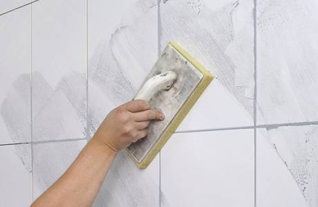 Ke spárování stěn použijte hmotu s hydrofobní přísadou, která zajišťuje vodoodpudivost