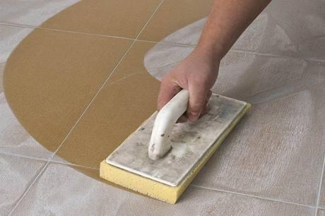 Po zatvrdnutí spárovací hmoty stěny i podlahu umyjte