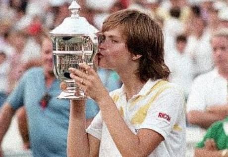 Hana Mandlíková s trofejí pro vítězku US Open 1985