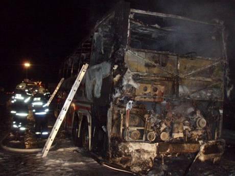Ohořelé trosky autobusu Scania na dálnici D1 u Mirošovic