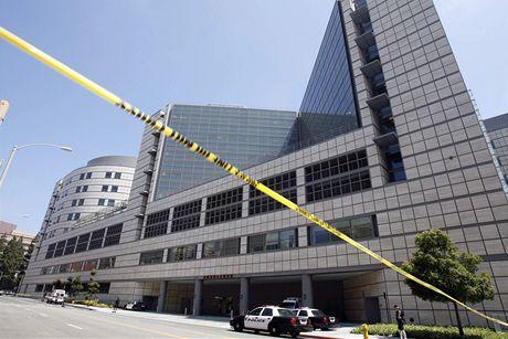Policie uzavřela okolí kliniky CLA v kalifornském Los Angeles poté, co média zveřejnila informaci o Jacksonově smrti