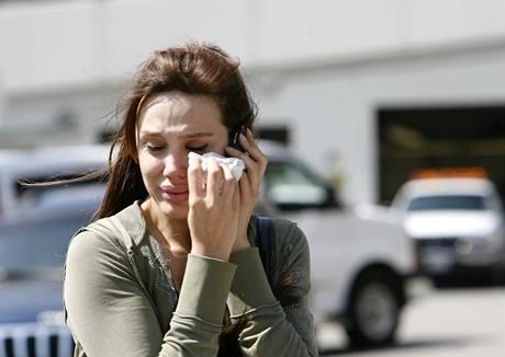 Plačící fanynka Michaela Jacksona před univerzitní nemocnicí v Los Angeles (25. června 2009)