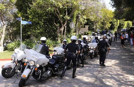 Policisté před Jacksonovou rezidencí (25. června 2009)