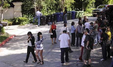 Lidé před Jacksonovou rezidencí (25. června 2009)