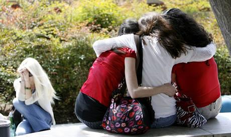 Fanynky Michaela Jacksona před univerzitní nemocnicí v Los Angeles, kam zpěváka záchranáři převezli (25. června 2009)