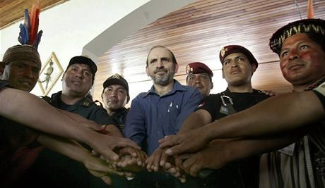 Peruánský premiér Yehude Simon si v Limě podal ruce se zástupci původních obyvatel Amazonie (16. června)