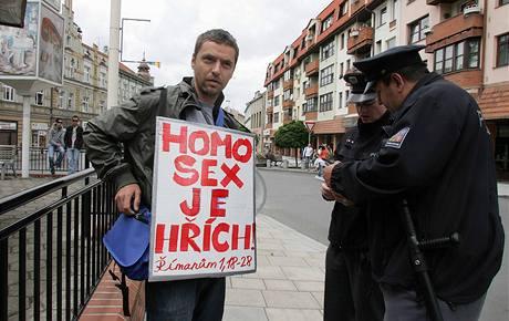 Pouliční evangelista Pavel Žaljjo protestuje proti festivalu homosexuálů Queer Parade v Táboře (20. června 2009)