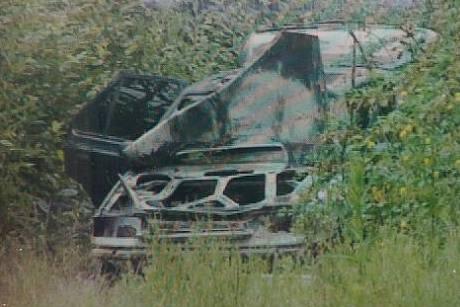 Ohořelé auto, v kterém prchali lupiči po přepadení pracovníků bezpečnostní agentury