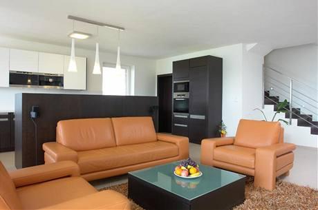 Obývací pokoj s italskou sedací soupravou z oranžové kůže