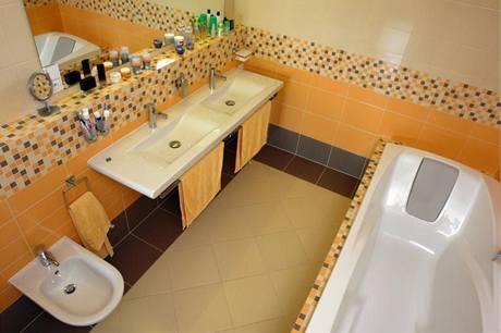 Do koupelny si majitelé vybrali elegantní ploché dvojumyvadlo Laufen a akrylátovou vanu Ravak