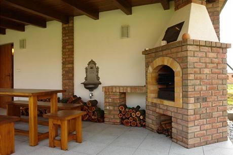Chloubou rodiny je zděný zahradní altán s grilem a velký klenutý sklep položený 1,8 m pod úrovní zahrady