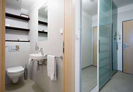 """Police na záchodě? """"Je to taková reminiscence knihovny """" říká architektka. Obvykle bývá tento prostor vyhrazen čistícím prostředkům."""