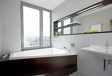 Koupelna dostala použitím dřeva příjemný relaxační charakter