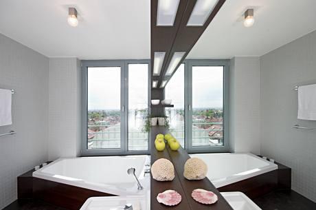 Byť je byt vzdušný a velký, velká zrcadla v koupelně mu ještě na prostoru přidávají