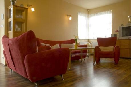 Do obýváku si manželé vybrali nábytek z bukového dřeva