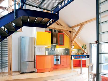 V prostoru září kuchyně výraznými barvami