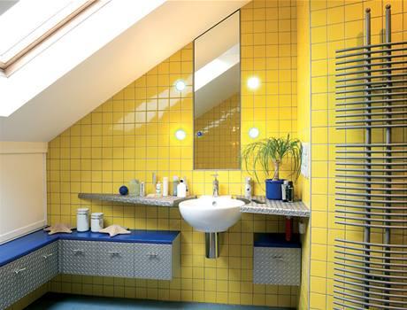 Koupelna kombinuje kov, žluté a modré obklady