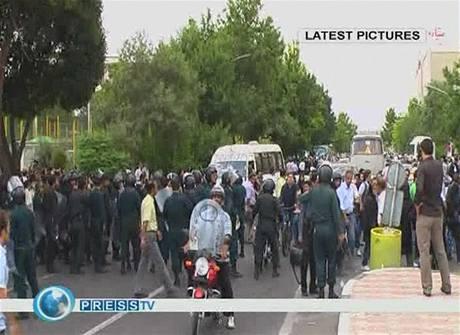 V ulicích Teheránu jsou stále tisíce milicionářů a gardistů (24. června 2009)