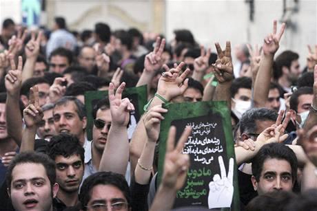 Demonstranti kráčejí k mešitě Ghoba na severu Teheránu (28. června 2009)