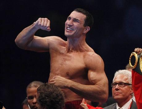 Ukrajinský boxer Vladimir Kličko se raduje z titulu profesionálního mistra světa v těžké váze.