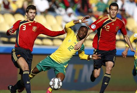 Jižní Afrika - Španělsko: domácí Teko Modise (uprostřed) je faulován Gerardem Piquem (vlevo) i Sergiem Busquetsem