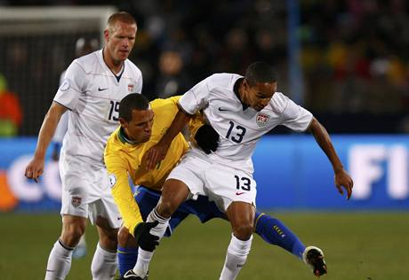 Brazílie- USA, souboj mezi americkým fotbalistou Ricardem Clarkem (vpravo) a brazilským hráčem Luisem Fabianem